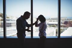 Пары дела споря около окна Стоковые Изображения RF