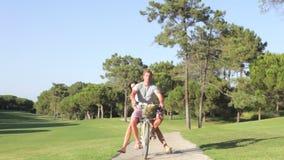 Пары деля велосипед на езде цикла в парке акции видеоматериалы
