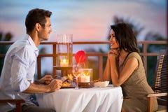 Пары деля романтичный обедающий захода солнца стоковое фото rf
