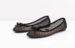 Пары женского ботинка лета на белой предпосылке Стоковые Изображения RF