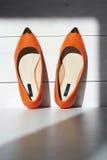 Пары женского ботинка лета оранжевые ботинки девушек без пяток Стоковое Фото