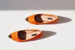 Пары женского ботинка лета оранжевые ботинки девушек Стоковые Фото