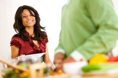 Пары: Женщина устанавливает обеденный стол Стоковая Фотография