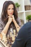 Пары женщины человека играя шахмат стоковая фотография rf