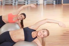 Пары женщин Дуна протягивая на шарике фитнеса Стоковая Фотография RF