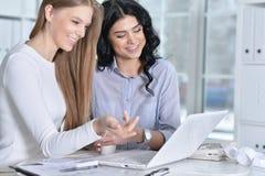 Пары женщин работают в офисе Стоковое фото RF