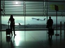Пары ждать на авиапорте Стоковые Фотографии RF