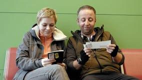 Пары ждать на крупном аэропорте с билетами Стоковое фото RF