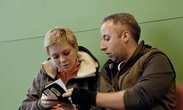 Пары ждать на крупном аэропорте с билетами Стоковая Фотография