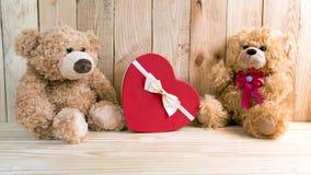 Пары забавляются медведи с концепцией валентинки коробки влюбленности Стоковые Фотографии RF