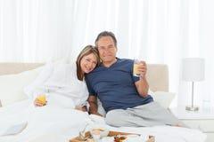 пары завтрака кровати имея симпатичное их стоковое изображение
