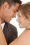 Пары закрывают улыбку касания голов передней части стоковые изображения