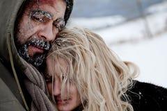 пары замерзая бездомный обнимать Стоковые Изображения RF