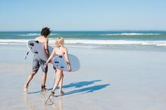 Пары занимаясь серфингом Стоковая Фотография RF