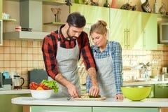 Пары занятые в кухне Стоковые Фото
