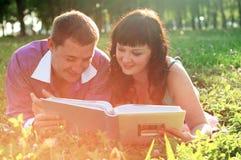 пары засевают счастливый лежать травой Стоковые Фото