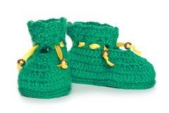 Пары зеленых bootees младенца knit Стоковая Фотография RF
