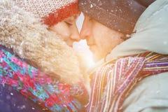 Пары зимы иметь потехи пар счастливый outdoors снежок снеговик песка океана пляжа предпосылки экзотический сделанный тропическая  Стоковая Фотография