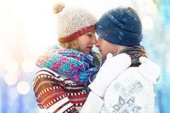 Пары зимы иметь потехи пар счастливый outdoors снежок снеговик песка океана пляжа предпосылки экзотический сделанный тропическая  Стоковые Изображения