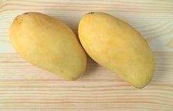 Пары зрелых одобренных-Rong манго на деревянном манго предпосылки, сладостных и душистых Стоковое Фото