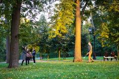 Пары играя бадминтон в парке Tsaritsyno стоковая фотография rf