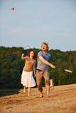 Пары играя бадминтон совместно в лете Стоковая Фотография RF