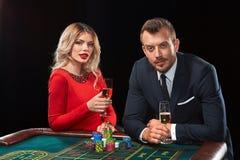 Пары играя выигрыши рулетки на казино Стоковая Фотография