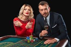 Пары играя выигрыши рулетки на казино Стоковые Изображения RF