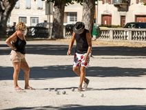 Пары играя boules petenque в Sault Провансаль, Стоковые Фотографии RF