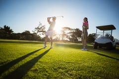 Пары игрока гольфа стоя на травянистом поле Стоковое Фото