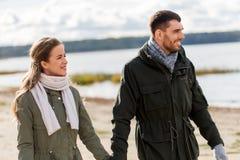 Пары идя вдоль пляжа осени стоковое фото