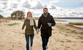 Пары идя вдоль пляжа осени стоковая фотография rf