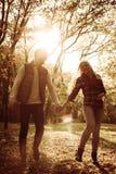 Пары идя в парк и имея переговор стоковая фотография rf