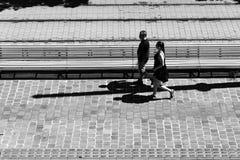 Пары идя на улицу вымощенную булыжником стоковая фотография rf