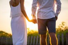Пары идя снаружи на заход солнца Стоковые Фотографии RF