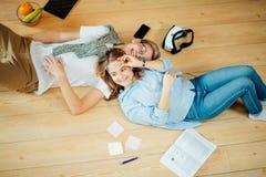 Пары изучая пока лежащ на поле дома Стоковые Изображения RF