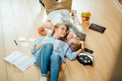 Пары изучая пока лежащ на поле дома Стоковые Фото