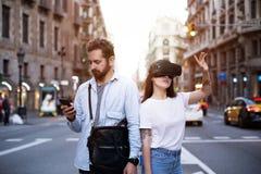 Пары или друзья испытывают VR в городе Стоковое фото RF