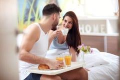 Пары имеют романтичный завтрак в кровати Стоковая Фотография