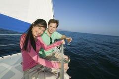 Пары имея вино на яхте Стоковое Фото