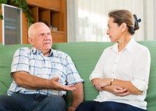 Пары имея говорить в домашнем интерьере Стоковое фото RF