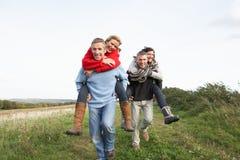 пары имея езду 2 piggyback Стоковое Фото