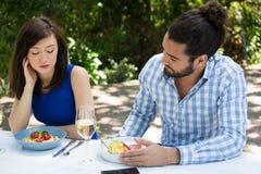 Пары имея затруднения отношения на ресторане Стоковое Изображение RF