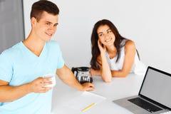 Пары имея кофе около тетради Фокус на человеке Стоковые Фотографии RF