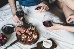 Пары имея обедающий с вином Стоковые Изображения