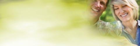 Пары имея партию торжества потехи с переходом помоха зеленого цвета лета Стоковые Фото