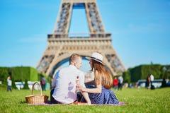 Пары имея пикник около Эйфелевой башни в Париже, Франции Стоковое Фото