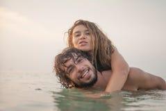 Пары имея потеху в море стоковое фото rf