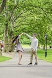 Пары имея потеху в Central Park в Нью-Йорке стоковое изображение