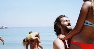 Пары имея потеху на пляже сток-видео